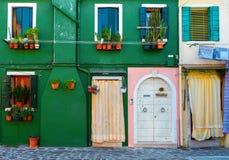 美丽的门面在威尼托, Burano海岛 装饰织地不很细g 免版税库存照片