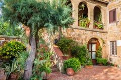 美丽的门廊在一个小城市在托斯卡纳 免版税库存图片