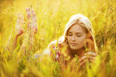 美丽的闭合的眼睛妇女年轻人 库存图片