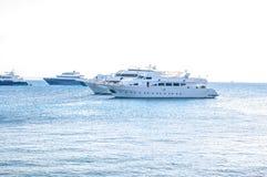 美丽的阳光seaview徒步旅行队下潜小船在有水线在底下splitted的深蓝色的热带海 设计 库存图片