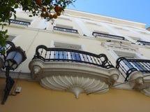 美丽的阳台和白色房子在卡迪士 西班牙 库存照片