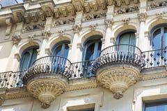 美丽的阳台和葡萄酒大厦在巴塞罗那,西班牙语 库存照片