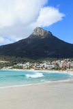 美丽的阵营海湾海滩和狮子顶头山脉 库存图片