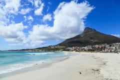 美丽的阵营海湾海滩和狮子顶头山脉 免版税库存图片