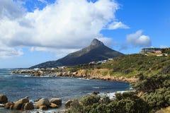美丽的阵营海湾海滩和狮子顶头山 免版税库存图片