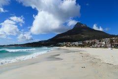 美丽的阵营海湾海滩和狮子顶头山 免版税库存照片