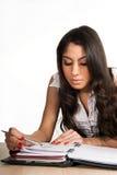 美丽的集中的女孩她的计划程序 免版税图库摄影