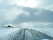 美丽的雪场面路和天空 免版税库存照片