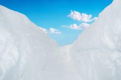 美丽的雪墙壁和走道有明亮的天蓝色的 库存照片