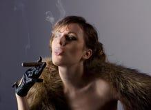 美丽的雪茄女孩抽年轻人 免版税图库摄影