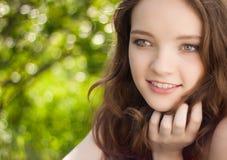 美丽的青少年女孩室外的纵向 免版税库存图片