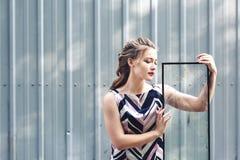 美丽的青少年的女孩在她的手上的拿着残破的玻璃 克服在青春期的挑战的概念 库存照片
