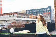 美丽的青少年的黄色衣裳的女孩长发少年 免版税库存图片