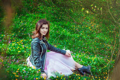 美丽的青少年的女孩在春天公园 免版税库存照片