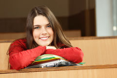 美丽的青少年的女孩高进取者在教室 库存照片