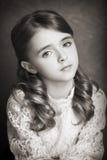 美丽的青少年的女孩黑白摄影画象  库存照片