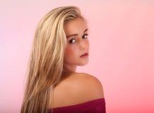 美丽的青少年的金发碧眼的女人在演播室 免版税图库摄影