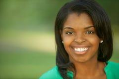 美丽的非洲裔美国人的少妇 免版税库存图片