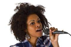 美丽的非裔美国人的妇女卡拉OK演唱歌手 免版税库存图片