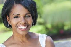 美丽的非裔美国人的妇女室外画象 免版税库存照片