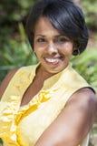 美丽的非裔美国人的妇女松弛外部 免版税库存照片