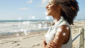 美丽的非裔美国人的妇女,胳膊的数字动画横渡了,微笑和看海 股票录像