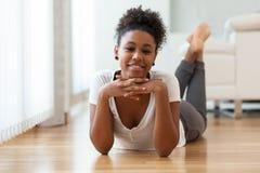 美丽的非裔美国人的妇女画象-黑人 图库摄影