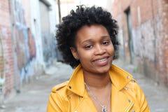 美丽的非裔美国人的年轻闪耀的妇女 免版税图库摄影