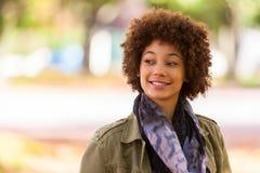 美丽的非裔美国人的年轻woma秋天室外画象  免版税库存图片