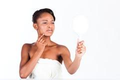 美丽的非洲妇女在有镜子的演播室 免版税库存照片