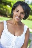 美丽的非洲裔美国人的妇女松弛外部 免版税图库摄影