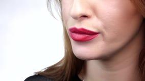 美丽的面孔的女孩的低部 嘴唇和舌头滑在大棒棒糖 关闭 慢的行动 影视素材