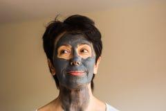 美丽的面部屏蔽妇女 整容术、温泉、护肤和人概念 库存图片