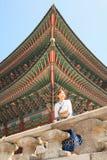 美丽的韩国妇女在景福宫宫殿穿戴了Hanbok,韩国传统礼服, 免版税库存图片