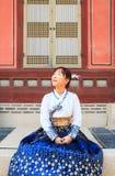 美丽的韩国妇女在景福宫宫殿穿戴了Hanbok,韩国传统礼服, 库存图片