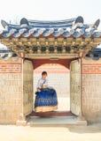 美丽的韩国妇女在景福宫宫殿穿戴了Hanbok,韩国传统礼服, 库存照片