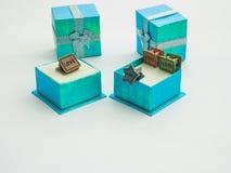 美丽的颜色礼物盒和逗人喜爱的纸夹 免版税库存照片