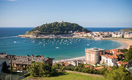 美丽的风景外耳海湾夏令时在Donostia -圣塞瓦斯蒂安,巴斯克国家,西班牙 免版税库存图片