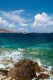 美丽的风船航行风帆蓝色地中海mykonos 库存图片