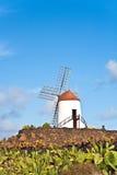 美丽的风车在蓝天下在兰萨罗特岛 免版税库存图片