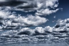 美丽的风雨如磐的云彩有天空蔚蓝背景 自然天气,剧烈的暴风云 图库摄影