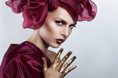 美丽的飞行头发妇女年轻人 在风的红色头发飞行 免版税库存照片