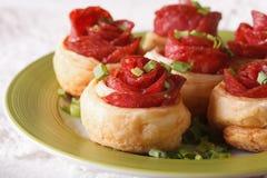 美丽的食物:与蒜味咸腊肠和乳酪特写镜头的卷 水平 库存图片