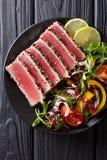 美丽的食物:在芝麻、石灰和新沙拉关闭的牛排金枪鱼 免版税库存图片