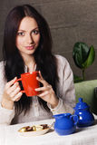 美丽的饮用的夫人茶 免版税库存图片