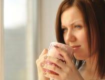 美丽的饮用的女孩茶 免版税图库摄影