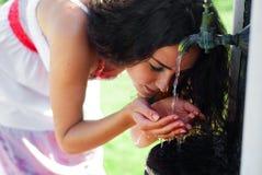 美丽的饮用的女孩水 图库摄影