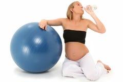 美丽的饮用的怀孕的水妇女 图库摄影