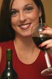 美丽的饮用的红葡萄酒妇女 免版税库存图片