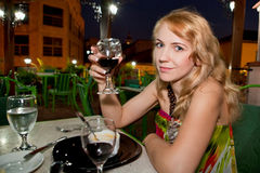美丽的饮用的酒妇女 库存照片